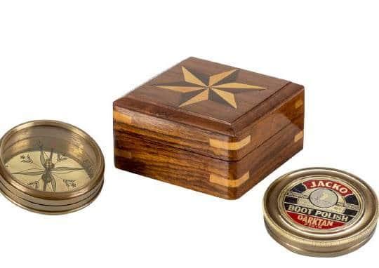 Kompass im Holzkasten