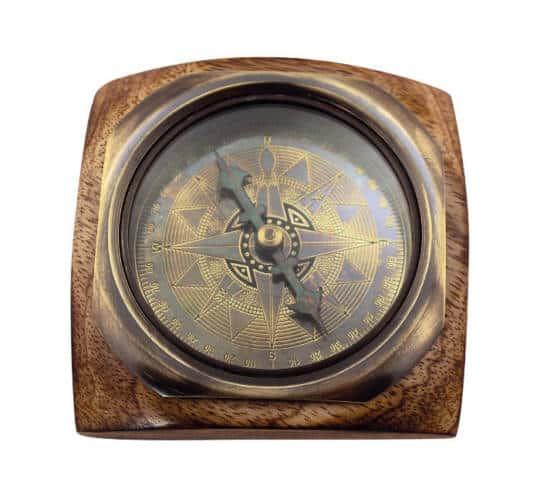 Kompass auf einem Holzsockel von Sea Club