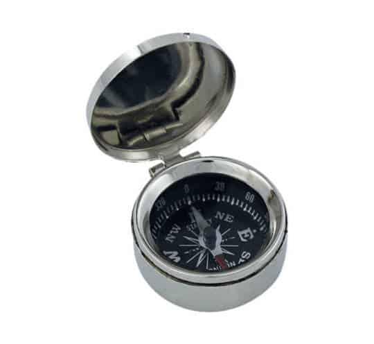 Ein kleiner vernickelter Kompass mit Deckel