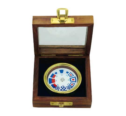 Kompass mit Flaggenzeichen von Sea Club in einer offenen Holzbox mit Glasdeckel