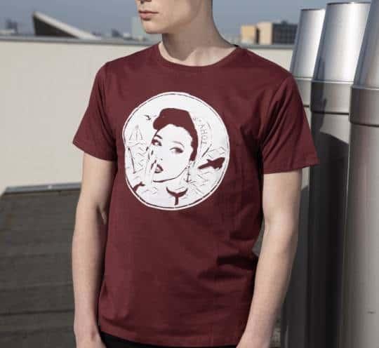 T-Shirt mit Ahoi-Frau von von Sandlass bordeaux